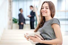 Бизнесмен женщины стоит на лестницах Стоковые Изображения RF