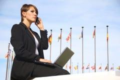 Бизнесмен женщины с компьтер-книжкой Стоковые Фото