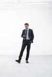Бизнесмен ждать с мобильным телефоном Стоковые Фотографии RF