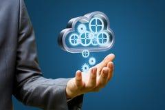 Бизнесмен загружает данные от облака Стоковое Фото
