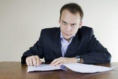бизнесмен заключает контракт детенышей офиса подписывая Стоковое Изображение RF
