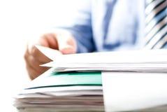 бизнесмен заключает контракт чтение Стоковое фото RF