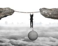 Бизнесмен заковыванный смертной казнью через повешение шарика на железных цепях соединил cl Стоковое Изображение