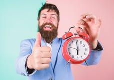 Бизнесмен закончил в срок o Самое лучшее время дня Как раз вовремя Жизнерадостное человека бородатое счастливое стоковые фото