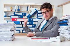 Бизнесмен занятый с много обработки документов Стоковые Фото