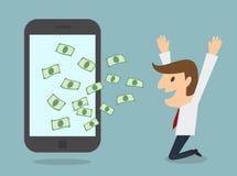 Бизнесмен зарабатывает деньги от дела умного телефона онлайн Стоковая Фотография