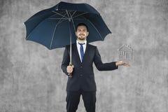 Бизнесмен защищает ваш дом стоковая фотография rf