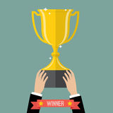 Бизнесмен задерживая выигрывая трофей Стоковое Изображение