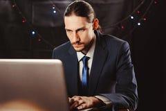 Бизнесмен за ноутбуком в Новом Годе стоковое фото