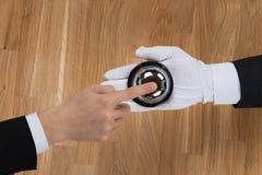 Бизнесмен звеня в обслуживании колоколе, который держит коридорный Стоковое Фото