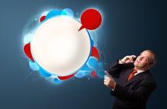 Бизнесмен звоня телефонный звонок и представляя абстрактный современный spe Стоковое Фото