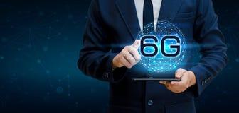 Бизнесмен земли телефона 6g соединяет всемирную руку кельнера держа пустую цифровую таблетку с умным и сетевое подключение 6G con стоковое изображение