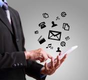 Бизнесмен играя современный мобильный телефон Стоковое Фото