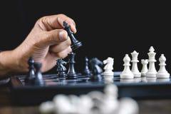 Бизнесмен играя стратегию шахмат и мысли об аварии сверх стоковые изображения rf