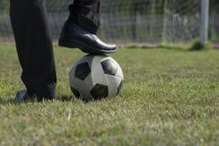 Бизнесмен играя с футбольным мячом, азиатский бизнесмен с футболом в foolball стадиона, футбольным мячом стоковое изображение rf