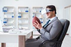 Бизнесмен играя футбол виртуальной реальности в офисе с VR g Стоковые Изображения
