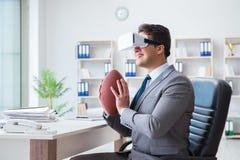 Бизнесмен играя футбол виртуальной реальности в офисе с VR g Стоковая Фотография RF