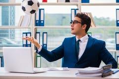 Бизнесмен играя футбол в офисе Стоковое Фото