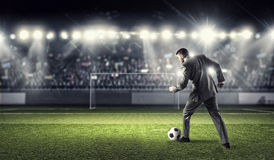 бизнесмен играя футбол Мультимедиа Стоковое Фото