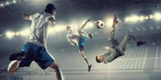 Бизнесмен играя шарик стоковые изображения