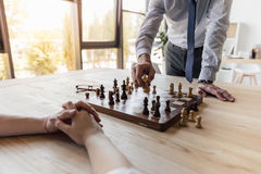 Бизнесмен играя шахмат с коллегой в офисе Стоковая Фотография