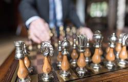Бизнесмен играя шахмат Стоковая Фотография