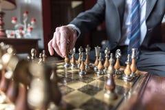 Бизнесмен играя шахмат Стоковое Изображение