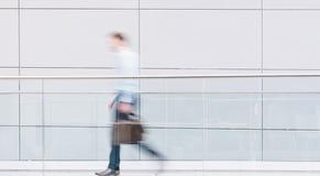 Бизнесмен идет в футуристический коридор Стоковые Изображения