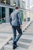 Бизнесмен идя вверх в офисный парк Стоковая Фотография