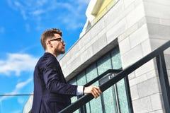 Бизнесмен идя вверх в офисный парк стоковое фото rf
