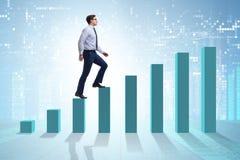 Бизнесмен идя вверх диаграмма в виде вертикальных полос в концепции роста Стоковое Фото