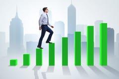 Бизнесмен идя вверх диаграмма в виде вертикальных полос в концепции роста Стоковые Фото