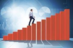 Бизнесмен идя вверх диаграмма в виде вертикальных полос в концепции роста Стоковые Изображения RF