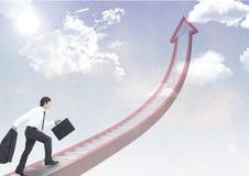 бизнесмен идя вверх по лестницам стрелки Стоковые Фотографии RF