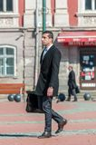 Бизнесмен идя на улицу Стоковое Изображение