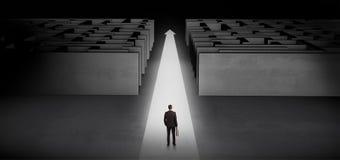 Бизнесмен идя прямо вперед между 2 лабиринтами стоковая фотография