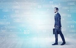 Бизнесмен идя с концепцией почты вокруг Стоковое Изображение RF
