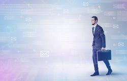 Бизнесмен идя с концепцией почты вокруг Стоковое Изображение