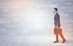 Бизнесмен идя с концепцией почты вокруг Стоковые Фото