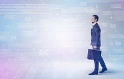 Бизнесмен идя с концепцией почты вокруг Стоковая Фотография RF