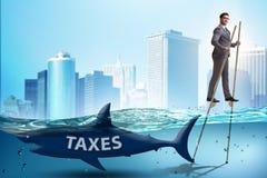 Бизнесмен избегая оплачивающ высокие налоги стоковое фото