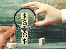 Бизнесмен извлекает куб с изображением долларов финансовохозяйственно стоковое изображение