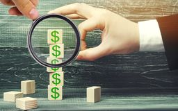Бизнесмен извлекает куб с изображением долларов финансовохозяйственно стоковые фото