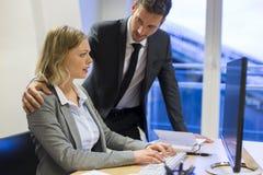 Бизнесмен изводя его коллеги на работе Стоковое Изображение