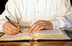 Бизнесмен изучая библию Стоковые Фото