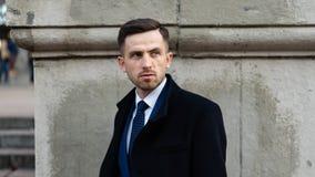 Бизнесмен или мода CEO (главный исполнительный директор) городская Менеджер с серьезной стороной Современная жизнь и поворотливое стоковые фото