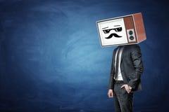 Бизнесмен имеет одно в карманн и носит старое ТВ вместо его головы, пока он показывает белый холодный смайлик парня Стоковые Изображения RF