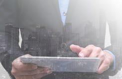 Бизнесмен имеет планирование и касаться на компьютере для собственного busine стоковые фото
