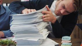 Бизнесмен имеет слишком много обработки документов видеоматериал