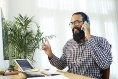 Бизнесмен имеет телефонный звонок на офисе стоковые фото